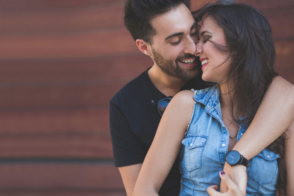 These 15 different types of hugs reveal what your relationship is